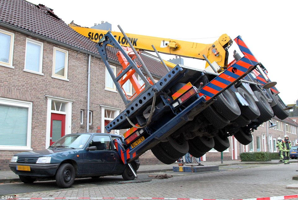 2405dc6500000578-2872701-homewrecker_this_crane_toppled_onto_homes_when_a_hapless_romeo_s-a-3_1418487323930.jpg