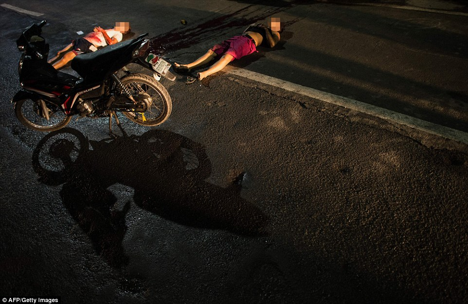 393b1d5900000578-3828977-two_motor_cyclists_gunned_down_in_manila_as_a_result_of_the_war_-a-5_1475981094946.jpg