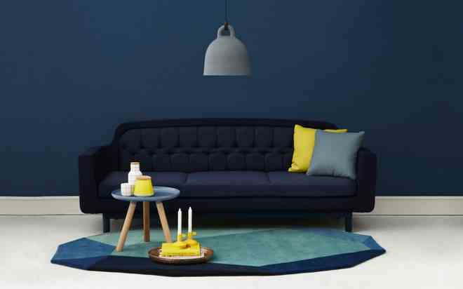 minimalist-blue-interior-design-ideas-navy-blue-wall-dark-blue-sofa-yellow-grey-cushions-915x571.jpg